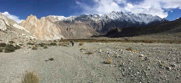 Trilha de trekking em passu mostrar a forma de terra seca e montanhas cobertas de neve.