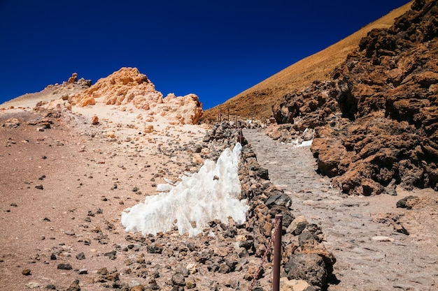 Trilha de trekking no topo do monte vulcânico teide em tenerife, ilhas canárias, espanha