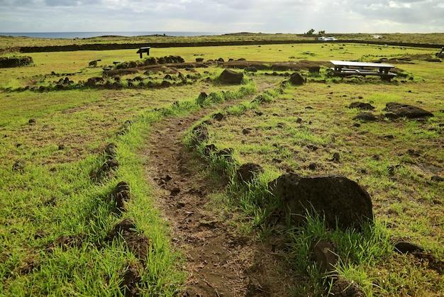 Trilha de turismo dentro do sítio arqueológico de papa vaka na ilha de páscoa, chile, américa do sul