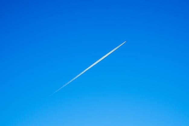 Trilha do avião no céu azul.
