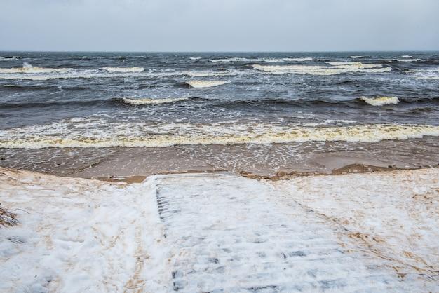 Trilha entre as dunas de inverno do mar báltico em saulkrasti, na letônia