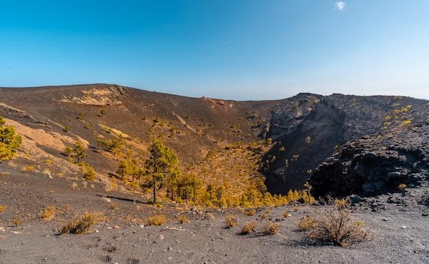 Trilha que chega à cratera do vulcão teneguia a partir da rota dos vulcões, ilha la palma, ilhas canárias. espanha