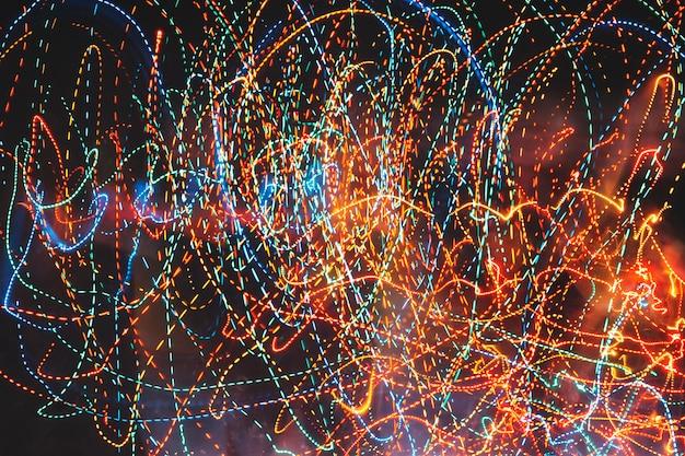 Trilhas coloridas de luzes de néon