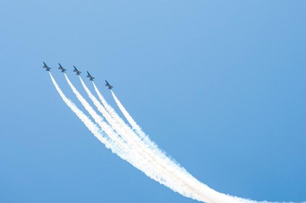 Trilhas de avião no céu azul com espaço de cópia.
