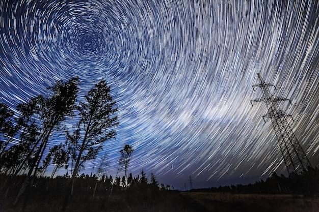 Trilhas de estrelas no céu noturno. existe algum ruído de iso alto