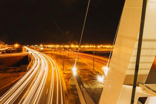 Trilhas de luz na estrada