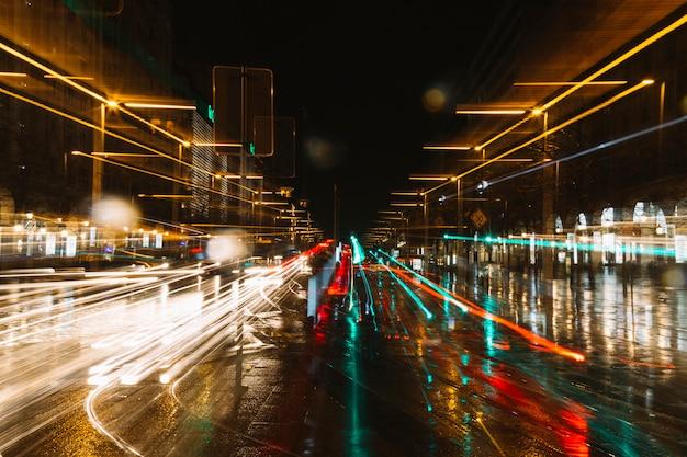 Trilhas de luz na rua