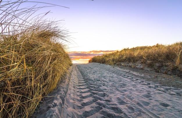 Trilhas de roda na estrada de areia, lista noruega.