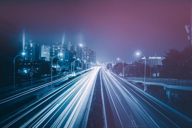 Trilhas de semáforo borradas na estrada