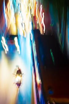 Trilhas de tráfego noturno de longa exposição com cores neon vibrantes