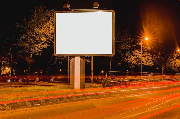 Trilhas leves no centro da cidade à noite