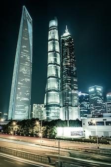 Trilhas leves no fundo do edifício moderno em shanghai china
