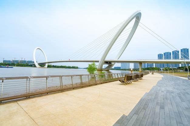 Trilhas para atividades físicas e pontes no waterfront park