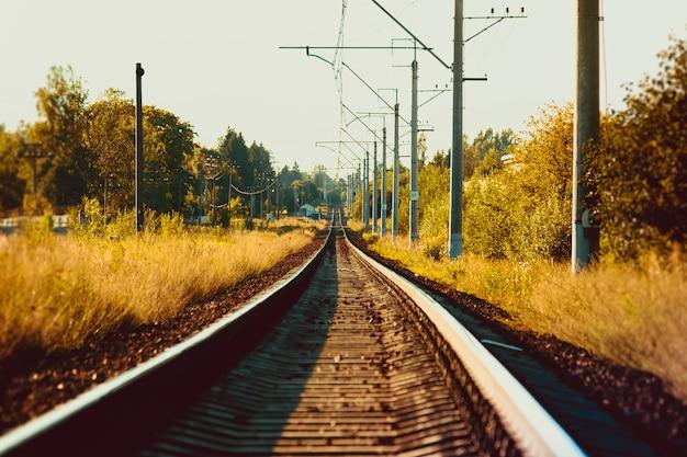 Trilhos da ferrovia russa ao pôr do sol. estrada de ferro. trilhos