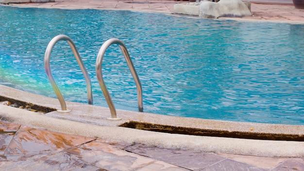Trilhos da piscina ao ar livre.