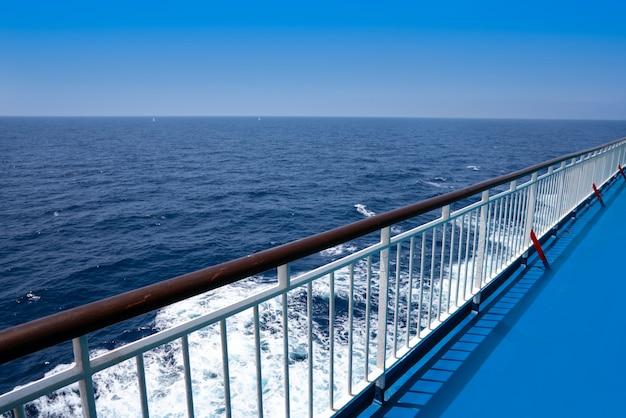 Trilhos de cruzeiro de balsa em um mar azul oceano
