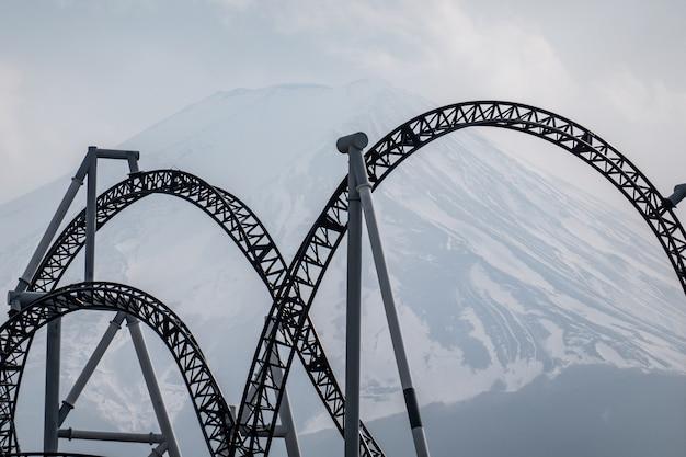 Trilhos de railqay de montanha-russa com vista do monte. fuji ou fuji-san, japão.