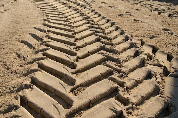 Trilhos de roda na areia