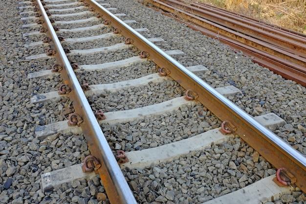 Trilhos de suporte em aço com travessas de betão cobertas de cascalho