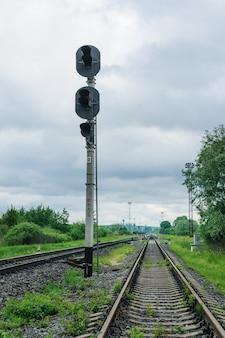 Trilhos de trem à distância.