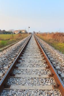 Trilhos de trem em transporte em perspectiva ao ar livre