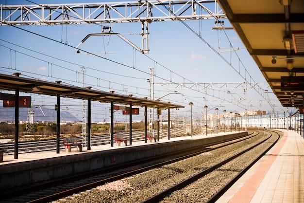 Trilhos de trem ferroviários com plataformas