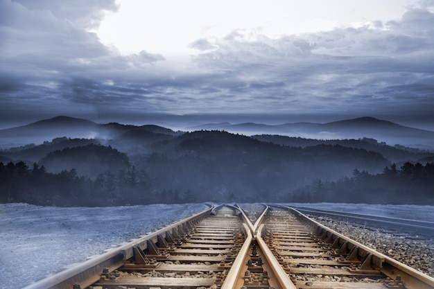 Trilhos de trem, levando a montanhas