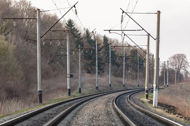 Trilhos de trem na paisagem do país
