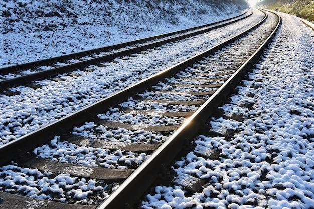 Trilhos de trem. o tiro bonito e o conceito para o transporte, o trem, o curso e o por do sol viajam.