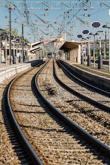 Trilhos de trem perto da estação