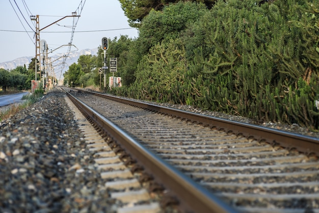 Trilhos de trem que conduzem por montanhas.
