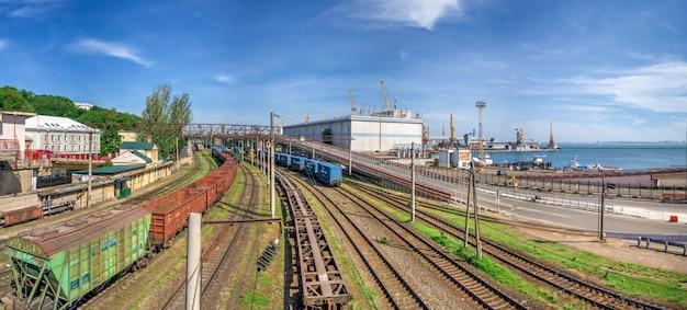 Trilhos e viaduto no porto comercial de odessa, ucrânia