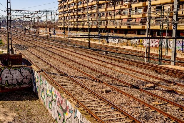 Trilhos vazios do trem na estação norte de valência.