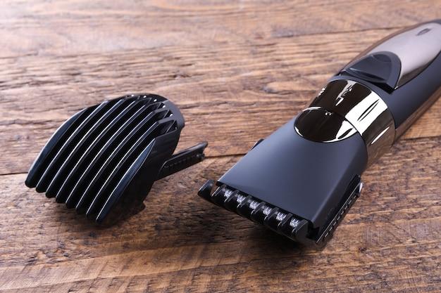 Trimmer com bicos. comprando um novo aparador sem fio. sobre um fundo de madeira. fechar-se. com espaço para texto