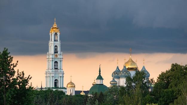Trinity lavra de st. sergius à luz do entardecer (sergiyev posad, rússia)