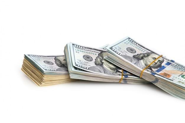 Trinta mil dólares americanos em maços esticaram elásticos.