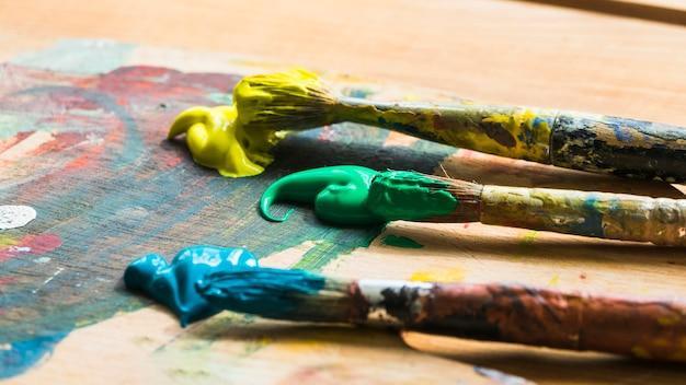 Trio de pincéis com tinta