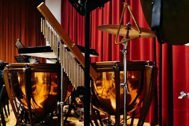 Tripés para segurar instrumentos musicais de percussão.