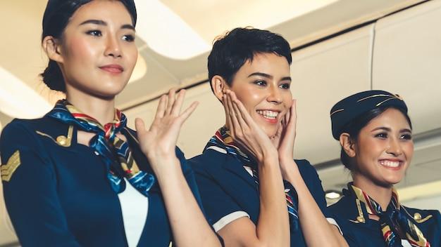 Tripulação de cabine dançando de alegria no avião