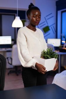 Triste cansada demitida empresária afro-americana deixando o emprego