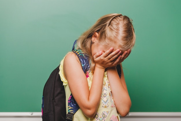 Triste cara escondida da menina