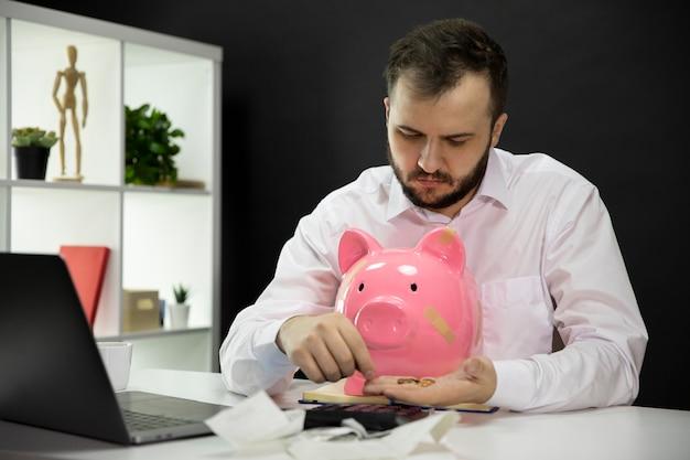 Triste empresário detém últimas moedas, calcular contas, preocupado com a falência