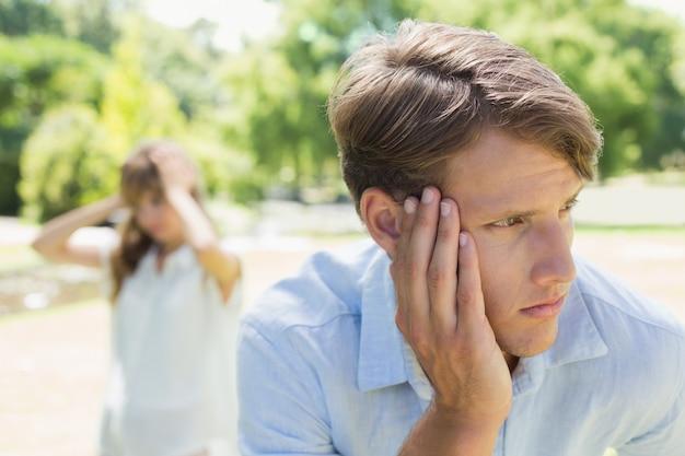 Triste homem a pensar depois de uma briga com a namorada no parque
