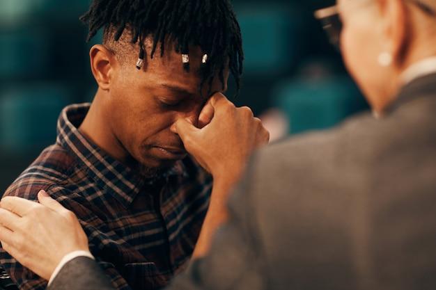 Triste homem africano chorando