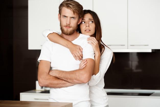 Triste homem bonito se ofender com a namorada se arrependendo.