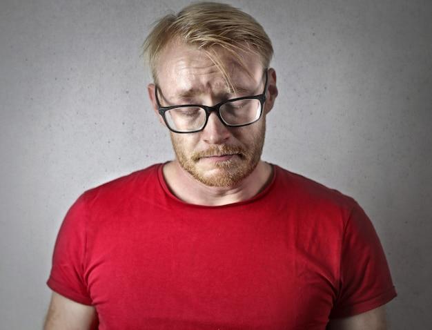 Triste homem decepcionado