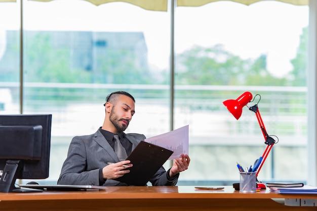 Triste, homem negócios, sentando, escritório