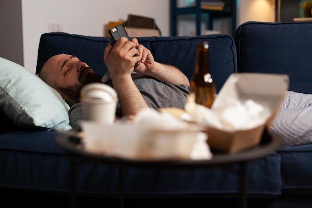 Triste infeliz sozinho deprimido chocado homem deprimido navegando em smartphone