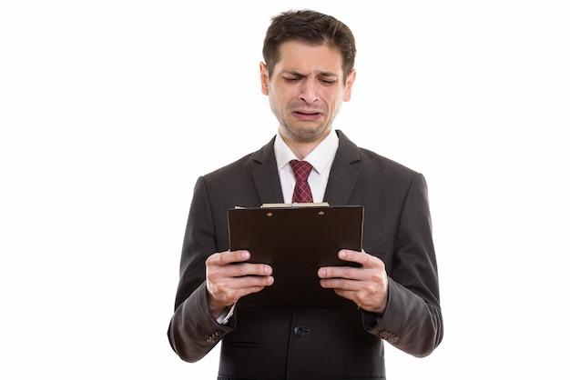 Triste jovem empresário lendo na prancheta