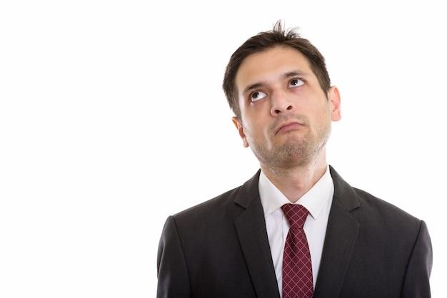 Triste jovem empresário pensando enquanto olha para cima